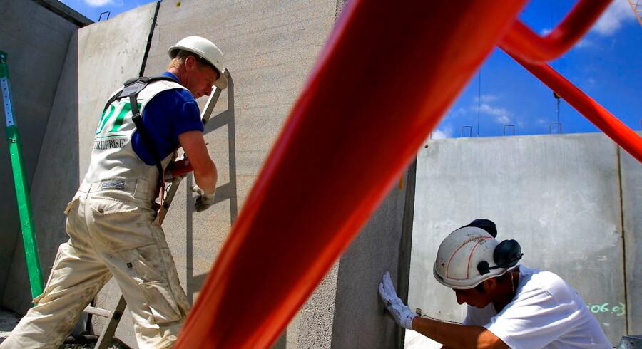 Håndværkere arbejder med byggeri i København 9. juli 2017.
