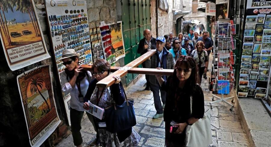 Kristne bærer endnu et kors ad Via Dolorosa i Jerusalem. Foto: Thomas Coex/AFP