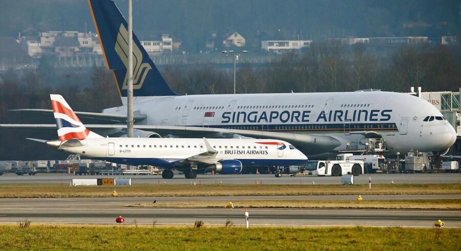 Et mellemdistancefly fra brasilianske Embraer ses her foran et Airbus A380 fra Singapore Airlines i Zürichs lufthavn. Foto: Arnd Wiegmann/Reuters