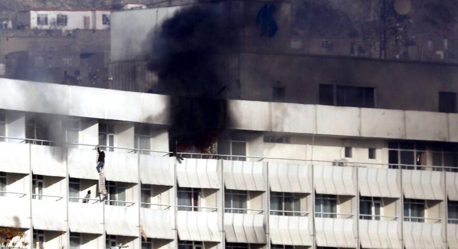Gæster flygtede ud over altanerne fra det brændende hotel.