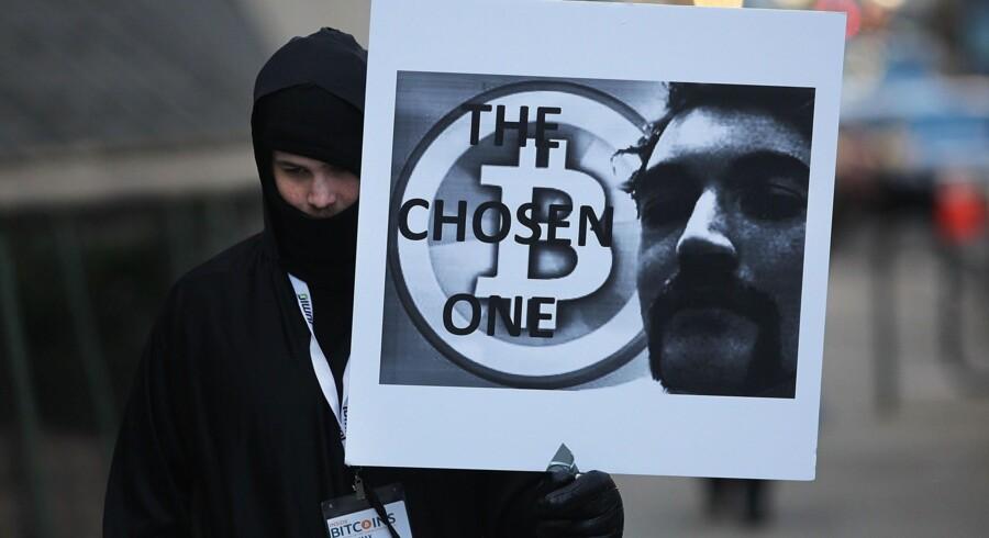 En af Ross Ulbrichts støtter, Max Dickstein, foran retsbygningen på Manhattan. Ulbricht er ikke kun et symbol på salg af stoffer, men ses som en frihedsaktivist, der har skabt en platform, hvor man anonymt kan handle med hinanden uden statens og myndighedernes indblanding. Foto: Spencer Platt/AFP