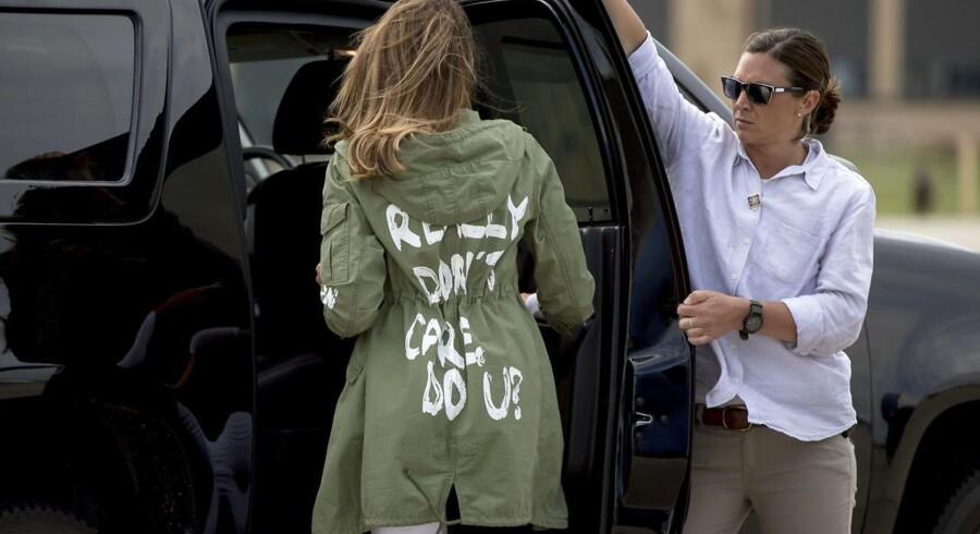 Melania Trump på vej hen til en bil, da hun torsdag kom tilbage fra Texas iført den grønne jakke med teksten: »I REALLY DON'T CARE, DO U?«.