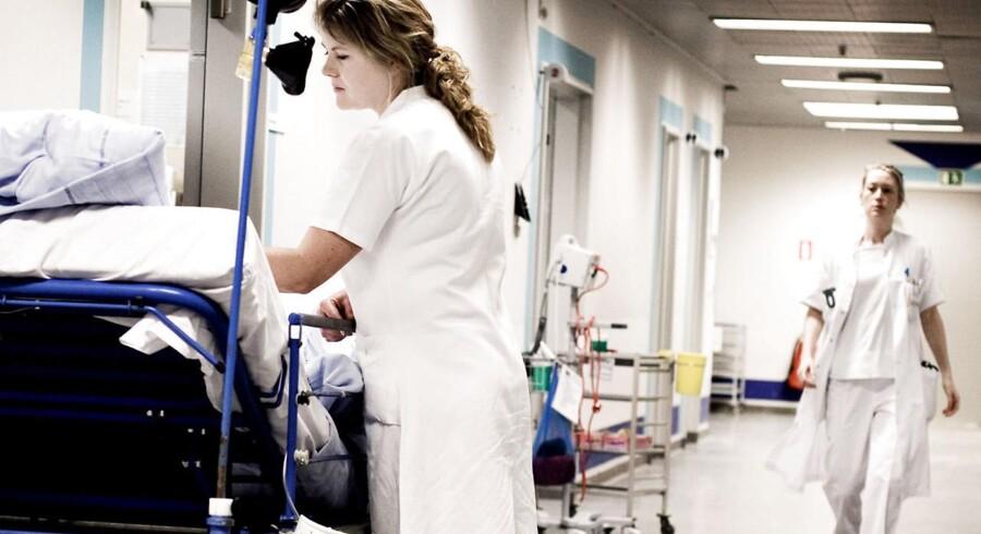 Politisk skiller vandene især i forhold til, hvor mange kræfter der skal bruges på at holde ventetiderne nede for såkaldt elektive patienter med en række mindre, ikke-livstruende lidelser – og den rolle de private hospitaler skal spille i den forbindelse og i det danske sundhedsvæsen i det hele taget.
