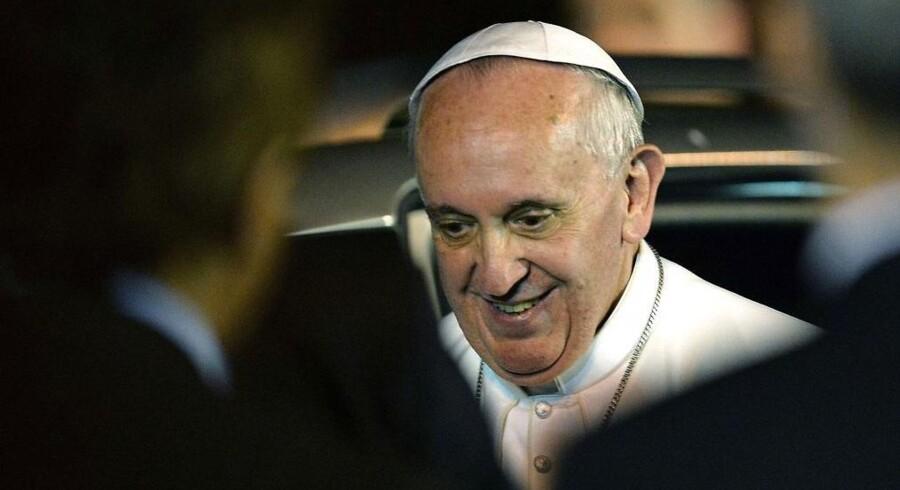 »Hvis en person er homoseksuel og søger Gud og har god vilje, hvordan kan jeg så dømme ham,« spørger paven ifølge Reuters.