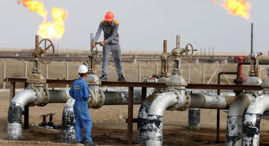 Både medlemmer af organisationen for olieeksporterende lande, Opec, og olieproducenter, der ikke er medlemmer af Opec, har gennem længere tid skruet op for pumperne. Det har nu ført til et rekordhøjt udbud af olie.