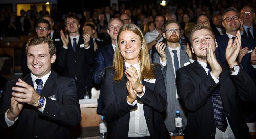 Studerende og medlemmer af styregruppen for konkurrencen klapper af vinderne CBS Case Competition 2016