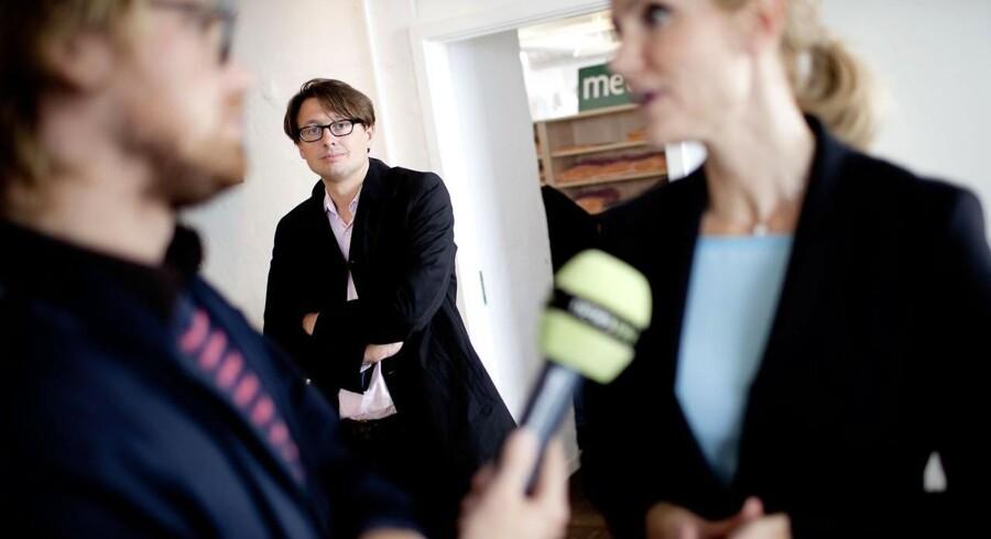 En dag i valgkampen for Helle Thorning Smith (A) hvor hun besøger blandt andet MetroXpress og DR. Helle bliver interviewet mellem to aftaler. I baggrunden står hendes personlige rådgiver (spindoktor) Noa Redington.