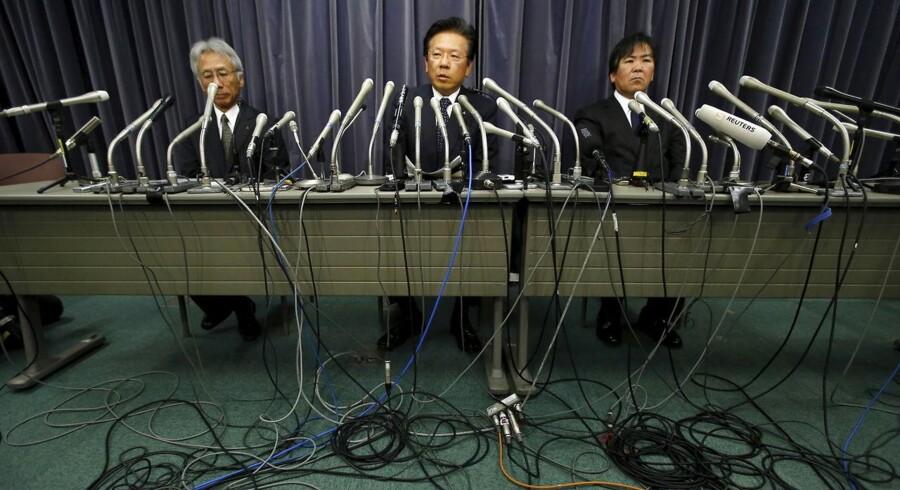 Mitsubishi Motors Corp's topdirektør Tetsuro Aikawa (Centralt) med resten af ledelsen undskylder ved pressekonference