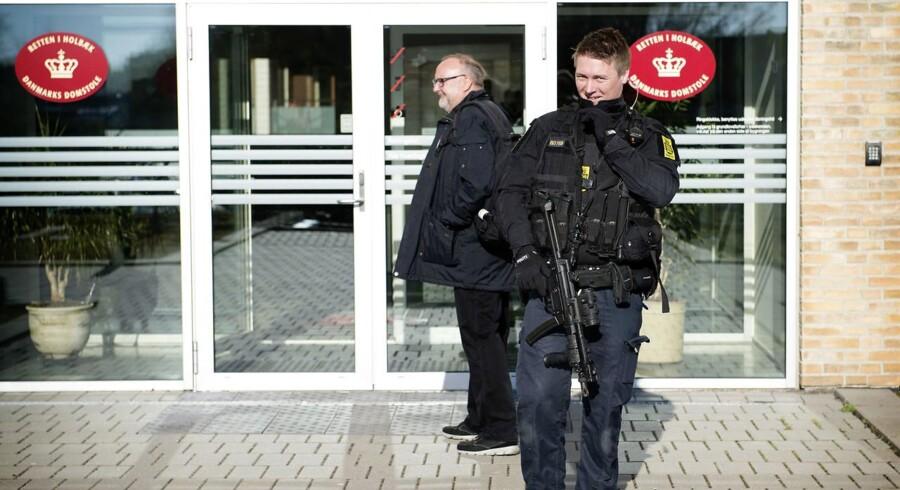 ARKIVFOTO Politi foran Retten i Holbæk d. 19. april 2017- - Se RB 5/5 2017 11.37. Nye mulige beviser: Breve og sedler fundet hos Kundby-pige. Helt usædvanligt vil anklager Kristian Kirk have genåbnet bevisførelsen i den såkaldte Kundby-sag.. (Foto: Nils Meilvang/Scanpix 2017)