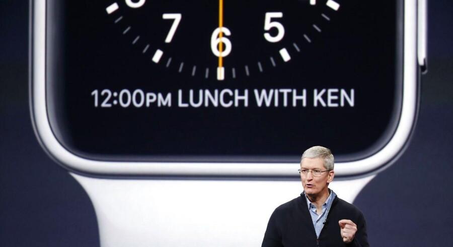 Urfladen på det kommende Apple Watch-smartur kan i et vist omfang tilpasses, så man selv kan vælge, hvilke oplysninger man ønsker ud over tiden, forklarede Apple-topchef Tim Cook mandag aften. Foto: Stephen Lam, Getty Images/AFP/Scanpix