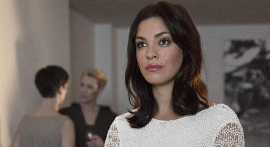 Den nyuddannede Natalie Madueño som en ung fremadstormende jurist i den kommende DR-serie. Foto: PR