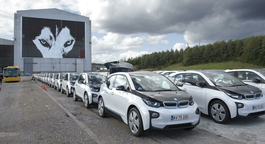 Vi skal have flere elbiler på vejene, og så skal vi have varmepumper ind på fjernvarmeværkerne og ud i villaerne. - Det er det, der kommer til at afgøre klimaets fremtid, og derfor er det tid til et skift i dansk energipolitik, siger Lars Aagaard, direktør i Dansk Energi. BV:400 hvide BMW i3 elektriske biler står onsdag d. 2 september 2015 klar på Refshaleøen i København for senere at blive lanceret som en del af DriveNow-konceptet.