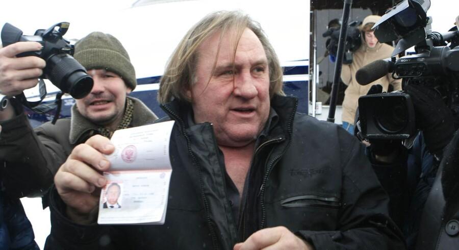 Den franske skuespiller Gérard Depardieu fremviser sit nye russiske pas til pressen.