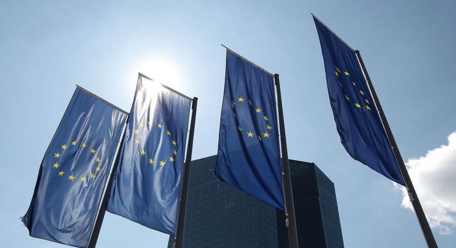 Den Europæiske Centralbank (ECB) øger mandag aften presset på de græske banker ved at skærpe kravene til sikkerhed. Selve loftet for den livsvigtige nødfinansiering fastholdes dog.