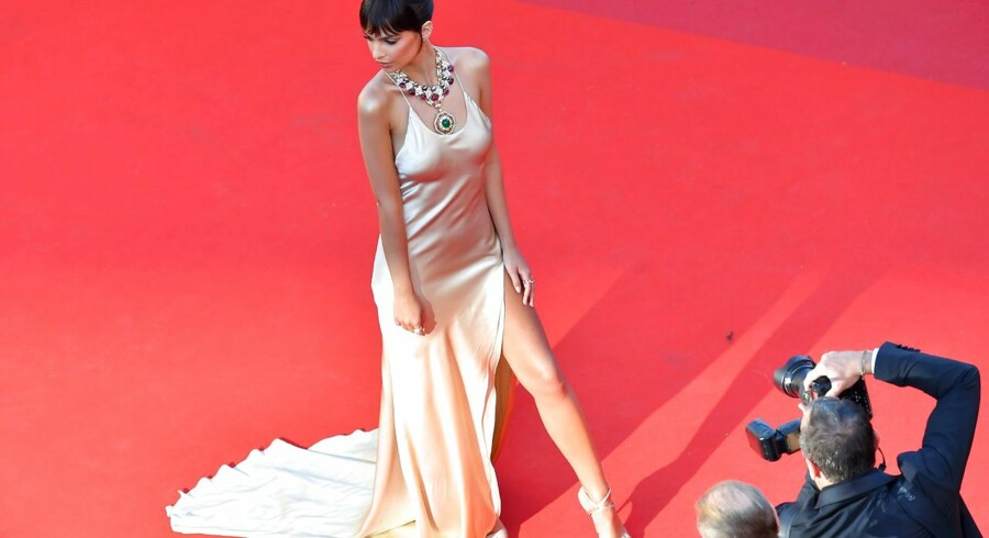 TOPSHOT - US actress and model Emily Ratajkowski poses as she arrives on May 17, 2017 for the screening of the film 'Ismael's Ghosts' (Les Fantomes d'Ismael) during the opening ceremony of the 70th edition of the Cannes Film Festival in Cannes, southern France. / AFP PHOTO / LOIC VENANCE