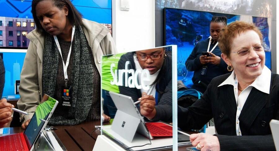 Microsofts egen Surface-computer har tilsyneladende ramt rigtigt. Salget online overgår i alle tilfælde Apples iPad-salg, som også har været for nedadgående gennem mere end halvandet år. Arkivfoto: Bryan Thomas, Getty Images/AFP/Scanpix