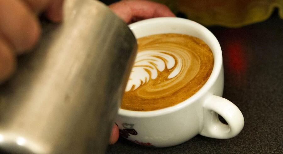 En slags forskning beskriver en sammenhæng mellem personlighedstype og den slags kaffe man drikker. Vi tager på kaffebar...