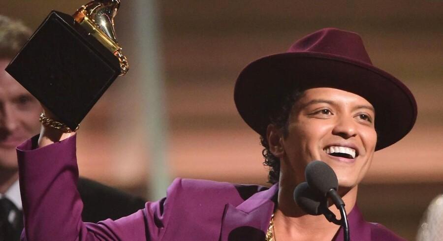 Bruno Mars med sin Grammy for årets plade for »Uptown Funk« i februar. Nu er der et nyt sagsanlæg på vej mod kunstneren og nummeret.