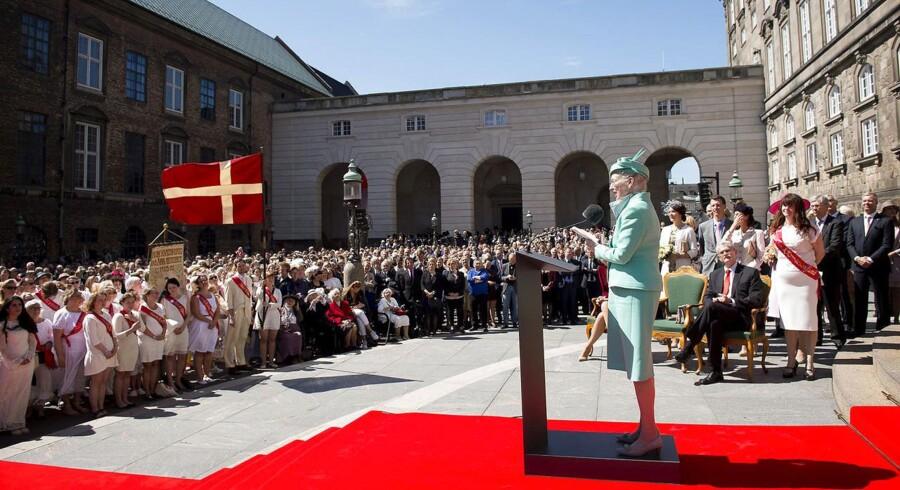 Dronning Margrethe holder tale foran Christiansborg i anledning af 100-året for kvindernes stemmeret.