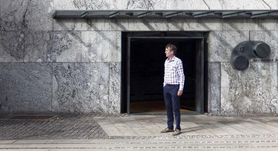 Lars Erik Skovgaard spejder forgæves efter sine kollegaers lønsedler.