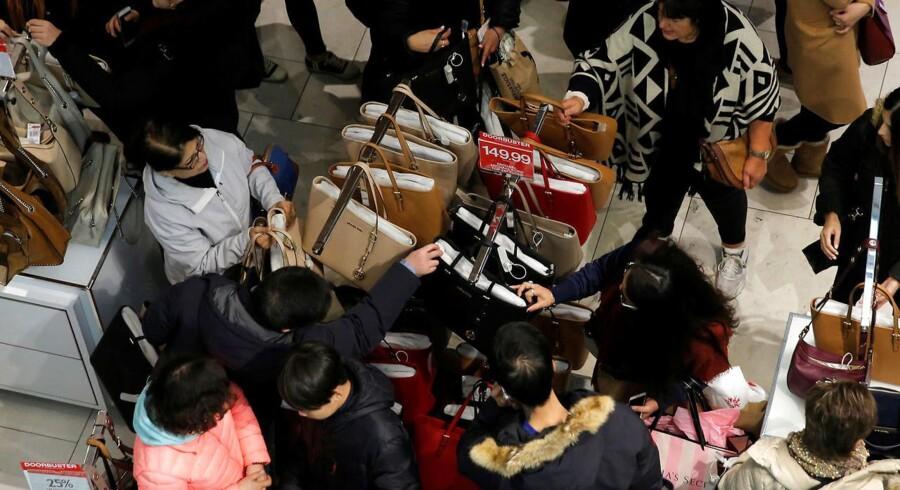 Amerikanerne kigger på håndtasker i Macy's på Herald Square på Manhatten.