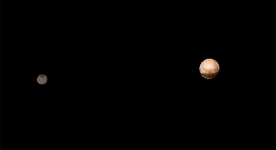 Et billede af Pluto og dens måne Charon, taget af runsomden New Horizons fra 6 millioner kilometers afstand.