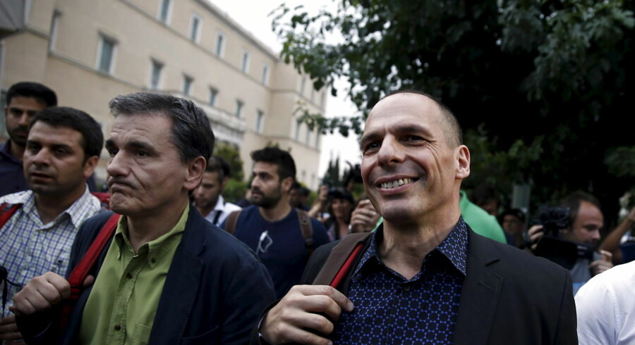 ARKIVFOTO juni 2015. Den afgående græske finansminister Yanis Varoufakis (th) med den nye, Tsakalotos (tv)