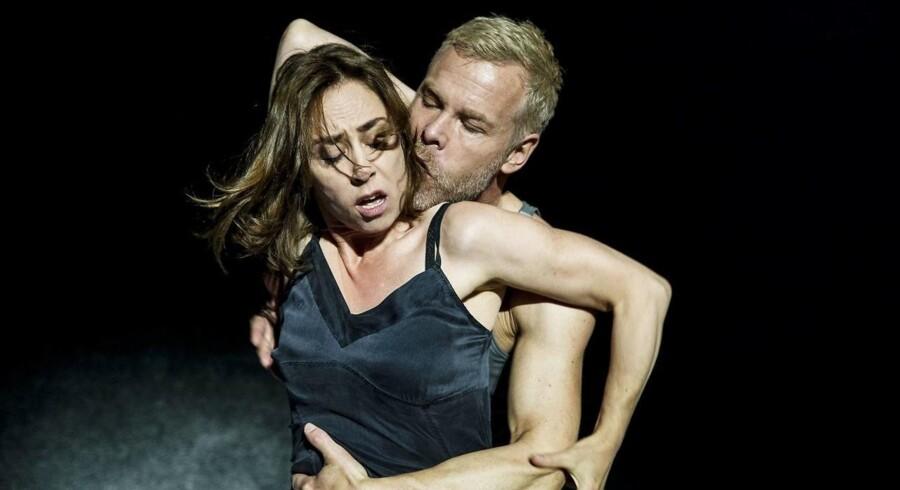"""Slåskamp eller kærlighedsakt? Sofie Gråbøl og Morten Kirkskov i """"Scener fra et ægteskab"""". Foto: Natascha Thiara Rydvald."""
