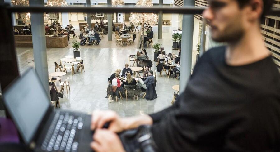 Studenter har siden 2009 kunnet gange deres karaktergennemsnit med 1,08, hvis de starter på en videregående uddannelse inden for to år efter, de har afsluttet deres gymnasiale uddannelse. Billedet stammer fra Københavns Universitets Søndre Campus.