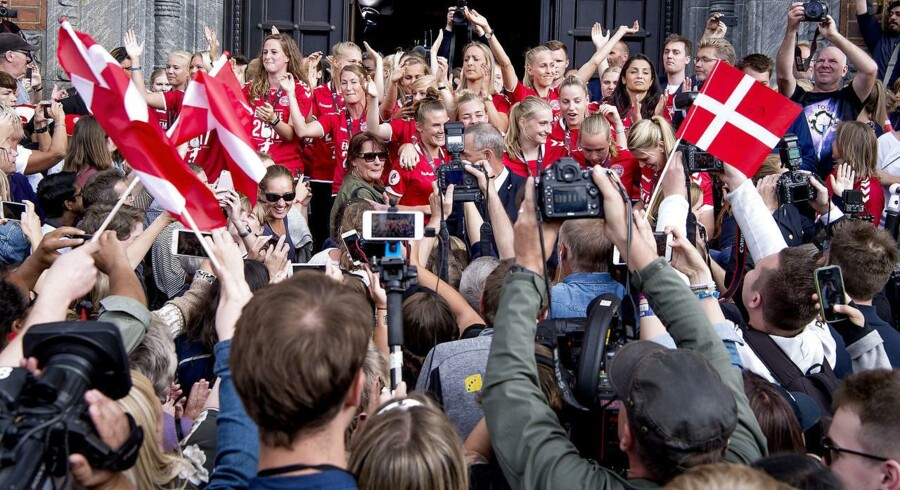 Både presse og fans trængtes om kvindelandsholdet, da de mandag eftermiddag blev hyldet på Rådhuspladsen i København efter EM-sølvet i Holland.