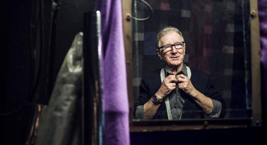 Trods et halvt århundrede på scenen synes Finn Nielsen stadig, han har meget at lære. Her er han på bagscenen på Grob inden dagens prøve på »En engel gennem stuen«.