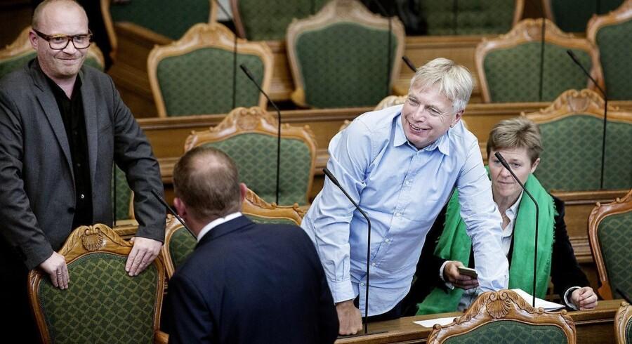 Alternativets politiske ordfører, Rasmus Nordqvist (tv), hilser folketingsmedlem Pernille Schnoor, der skifter fra Socialdemokraterne til Alternativet, og hendes politiske mandat velkommen. Han afviser desuden, at partiet er ude for at fiske mandater hos de andre partier.