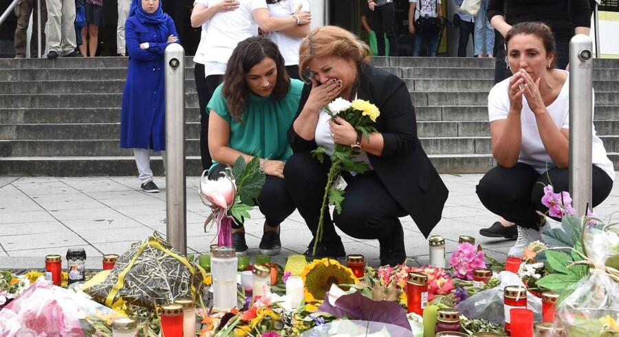 Sørgende ved indkøbescenteret i München, hvor ni mennesker i sidste uge mistede livet.