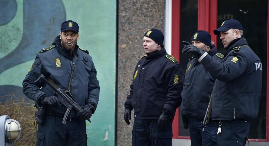 To politikredse og efterretningstjenesten har afspærret boligblok i Ishøj.
