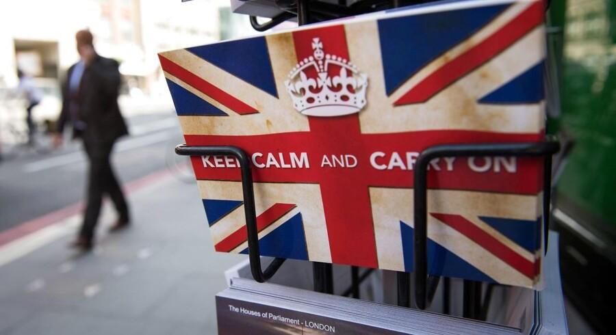 """Postkort med britisk slogan fra 2. verdenskrig, """"Keep Calm and Carry On"""", fotograferet i London 24. juni efter briterne overraskende har stemt for at forlade EU."""