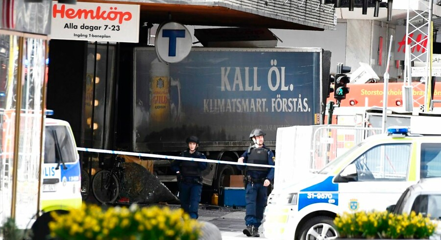 Police cordon off the truck which crashed into the Ahlens department store at Drottninggatan in central Stockholm, April 7, 2017. / AFP PHOTO / Jonathan NACKSTRAND / ALTERNATIVE CROP