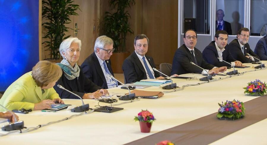 På mødet skal de 19 eurolandes finansministre samtidig gøre status over, om grækerne har gennemført nok reformer og besparelser til, at de kan få udbetalt den næste portion penge i deres tredje økonomiske redningspakke på fem år.