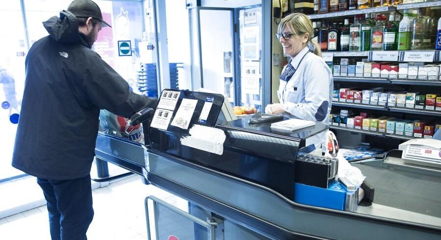 I stedet for at svinge dankortet vil man fra efteråret kunne svinge mobiltelefonen og betale for sine varer i blandt andet Irma-butikkerne. Arkivfoto: Jens Nørgaard Larsen, Scanpix