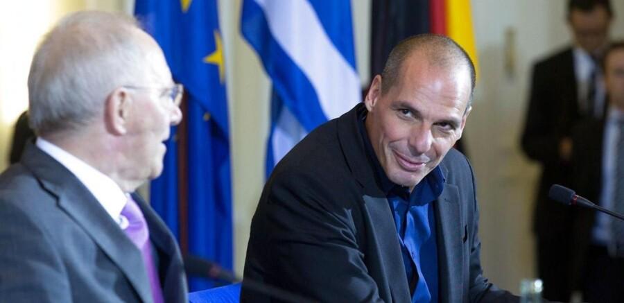Den tyske finansminister, Wolfgang Schaeuble (venstre), mødes med den græske finansminister, Yanis Varoufakis, til en pressekonference i Berlin.