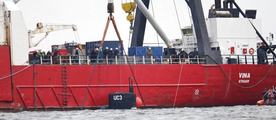 """Periskop og tårn er kommet til syne under bjærgningen af ubåden """"UC3 Nautilus"""" lørdag 12. august. Bjergningen foregår med med assistance af blandt andet Marinehjemmeværnet. Efter bjergningen skal ubåden bringes ind til havnen i København og undersøges af en kriminaltekniker. Opfinderen Peter Madsen blev fredag anholdt og sigtet for drab på en 30-årig svensk kvinde. Hun havde torsdag aften været med Madsen ude at sejle i opfinderens hjemmebyggede ubåd. Det fremgår af sigtelsen, at opfinderen er sigtet for på ukendt måde at have dræbt svenske Kim Wall på et tidspunkt efter klokken 19 torsdag.. (Foto: Martin Sylvest/Scanpix 2017)"""