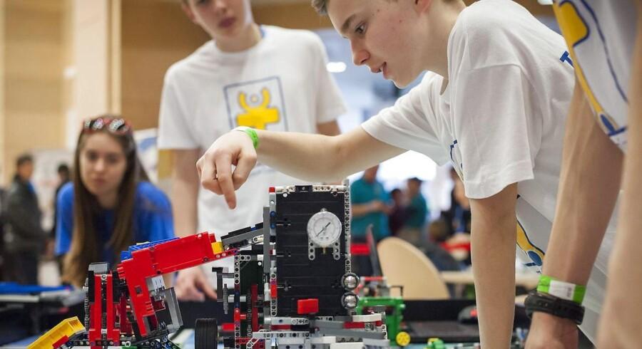 Lego-klodser er forsvindende små i forhold til de store 40 fods containere, som et Mærsk-skib sejler rundt med. Men til gengæld får rederigiganten reel konkurrence og bliver måske endda sejlet agterud, når det gælder værdien af selskabet, skriver Finans.
