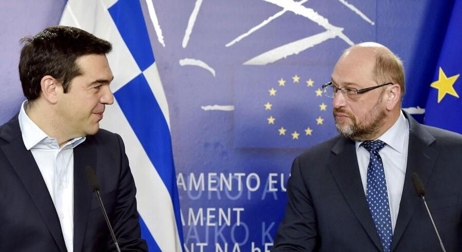 Alvoren var ikke til at tage fejl af, da den tyske formand for Europa-Parlamentet, Martin Schulz, fredag morgen tog imod den græske premierminister, Alexis Tsipras, for at diskutere, hvordan EU kan hjælpe Grækenland med at komme ud af moradset.