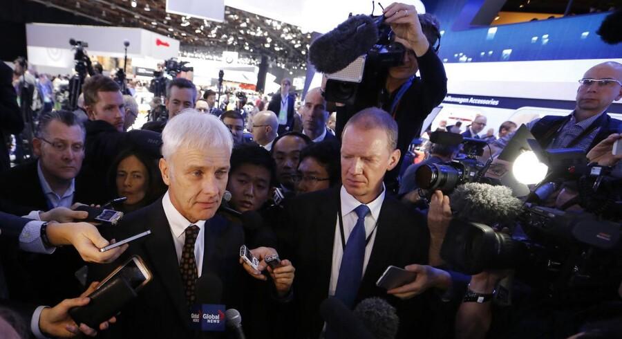 Volkswagen adm. direktør Matthias Muller er på charmetur i USA, hvor han skal forsøge at genvinde forbrugerne og myndighedernes tillid. Den plan er dog kommet skævt fra land.
