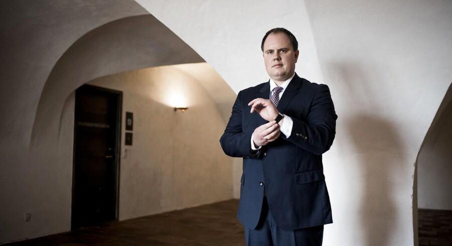 Dansk Folkepartis Martin Henriksen står bag et forslag om at straffe forældre, der forsømmer deres opdragelsesrolle. Han vil stille forslaget efter sommerferien.