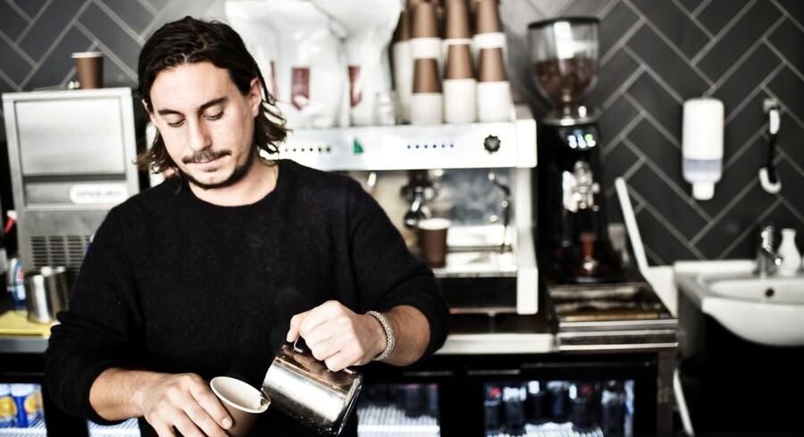 Jonathan Zagouri er ejer af Kaffix, der ligger på samme gade som konkurrenten Starbucks.