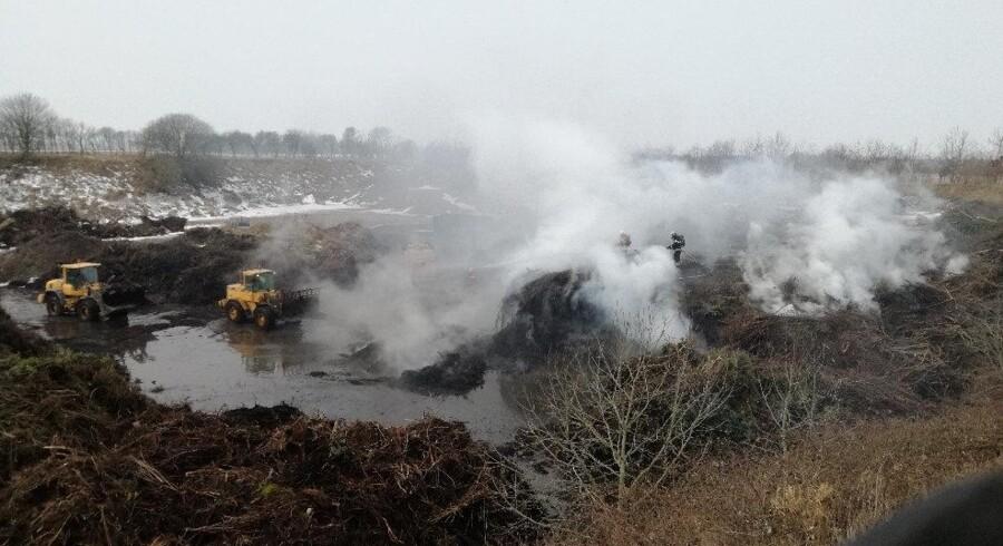 En brand på en genbrugsplads i Løgstør er i gang for femte dag i træk. Det skyldes en ildlomme, siger beredskabschef. Scanpix/Jes Caspar Lund Mortensen/handout