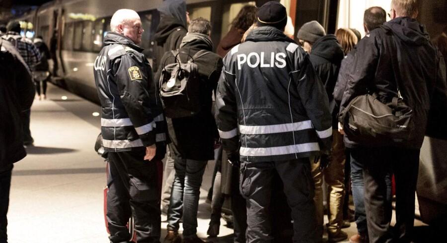Der er udpræget kritik af ID-kontrollen i de svenske avisledere, men onsdag fylder historierne ikke meget. Her svensk politi på perronen i Kastrup Lufthavn.