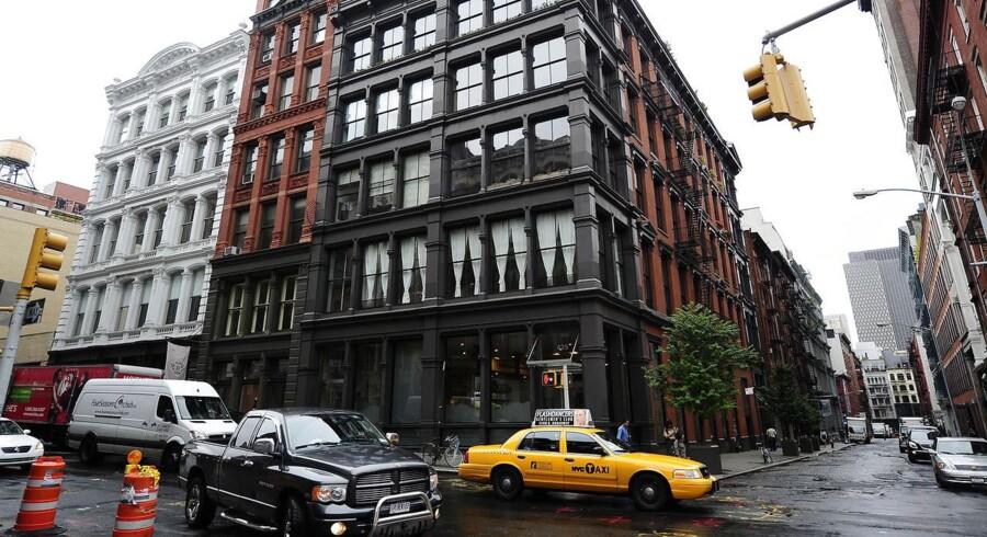 Det koster nemlig nu fire gange prisen på et gennemsnitligt familiehus i USA, at eje en parkeringsplads i et nyetableret luksusparkeringshus i New Yorks fashionable Soho-kvarter.