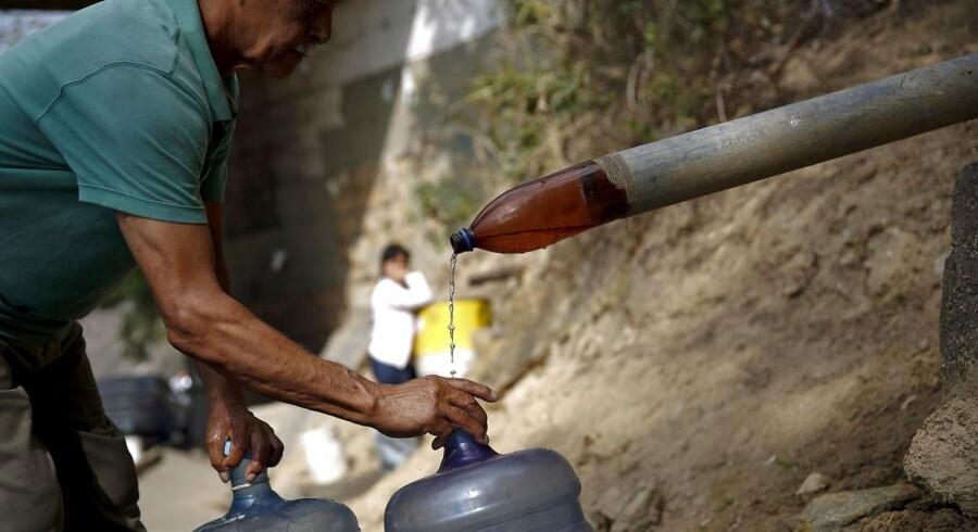 Vand er blevet en dyrebar ressource i Venezuela, der er særlig udfordret af årets El Niño, der har sendt en hård tørke ind over landet.