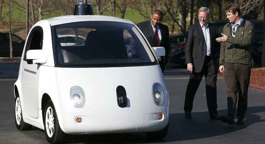 Tilbage i starten af februar fik den amerikanske transportminister, Anthony Foxx (til venstre) selv lejlighed til at se og få en tur i en af Googles førerløse biler. I midten ses Googles bestyrelsesformand, Eric Schmidt.